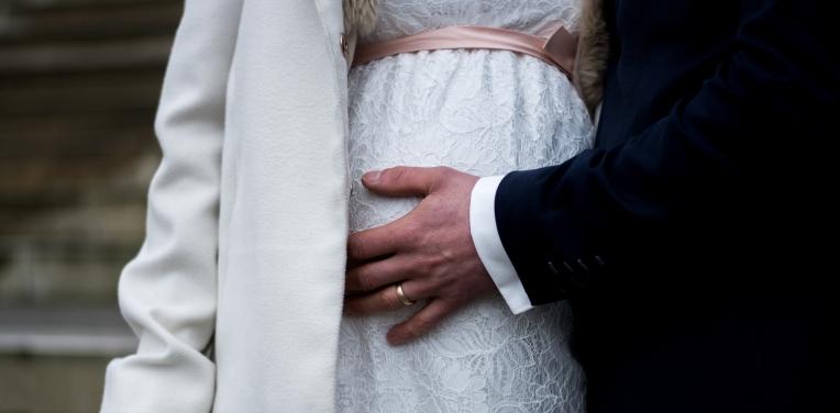 Hochzeit Trauung Fotograf Köln Bonn Pulheim Standesamt Portrait Momente Schön einfangen Weg Ringe Atmosphäre Lächeln Braut Brautpaar Bräutigam Nikon Hochzeitsfotograf